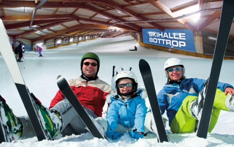 Familie im Schnee - (c) alpincenter Bottrop