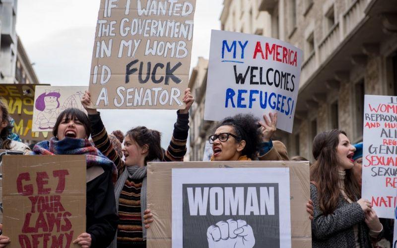 Woman's March  - (c) Flickr / Ilias Bartolini / Woman's March / https://www.flickr.com/photos/iliasbartolini/32448567295/in/photolist-RrnoyP-fwPssF-Q9RMUQ-QcDKri-QcM1aT-QcCULn-Rd2iTS-QcCtLx-QRXSxW-RfCTUK-RnXVuy-QRRpQu-Q9YStL-QbHi1b-QcLUvB-pKx2te-Q9Z2pm-QS6oHb-iivkNe-RfSbrr-QcLVtt-9iqHsH-RcYjYo-RnXZSb-Q9Z6mj-9CytmC-RrwaLM-RdajCm-QcLWyK-QS6kmb-b6s56x-QcLXTP-Rdae57-RdabTd-QS6jeG-QcLYLF-Rrw9PM-QS6m4U-Es84s-FR1BN3-754Ben-Fkxgab-7JdH9R-4upN7g-RhMC7n-QS8Koq-QcPaqH-QRWhC3-FrbLu-72BjuE