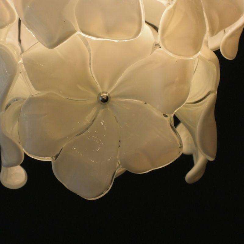 Lampadario Fiori Biancolatte, mundgeblasene Blüten aus Muranoglas, Farbe opalin weiß. H 100 cm ø 90 cm, Gewicht ca. 70 kg.  - Marcolis Supreme Italian Products - Stuttgart- Bild 3