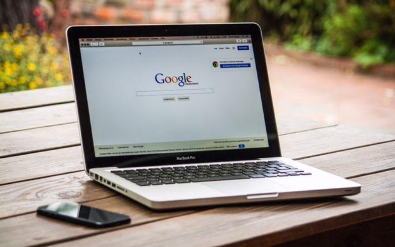 Mac Book mit Googlesuche - (c) Christian Hoppe / pixabay / 459196