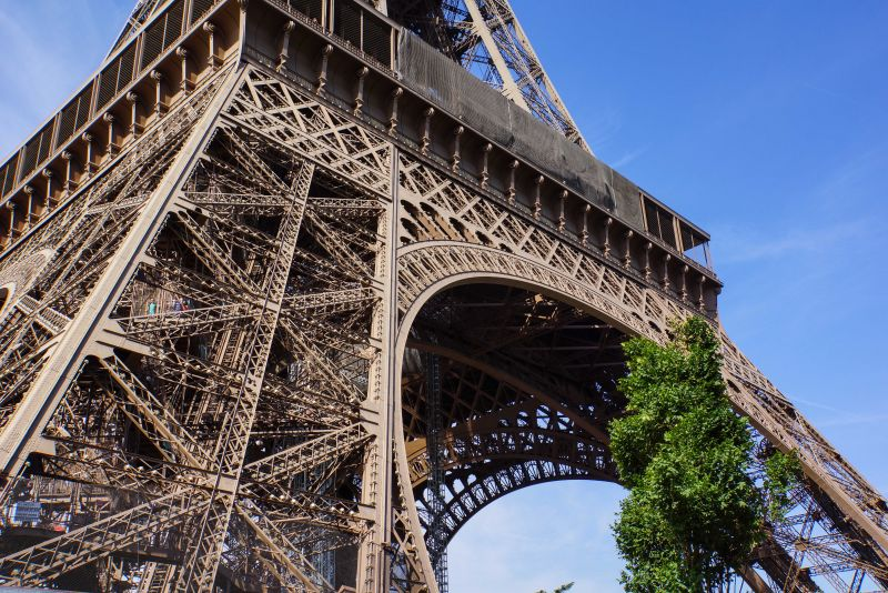 Rainer Sturm  / pixelio.de / Eiffelturm / Fuß des Eiffelturms / Paris / Eiffelturm Basis