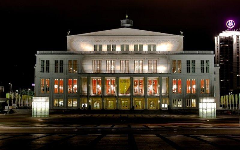 - (c) https://pixabay.com/de/leipzig-nacht-opernhaus-1760546/