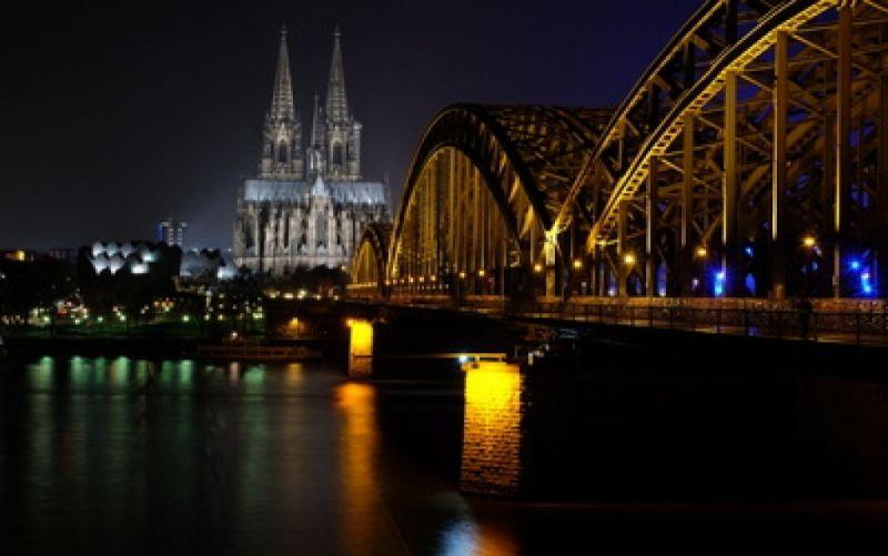 Kölner Dom und Hohenzollernbrücke bei Nacht - (c) http://www.pixelio.de/media/681691 /  Peter Untermann  / pixelio.de