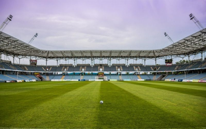 - (c) jarmoluk/https://pixabay.com/de/der-ball-stadion-fußball-488701/