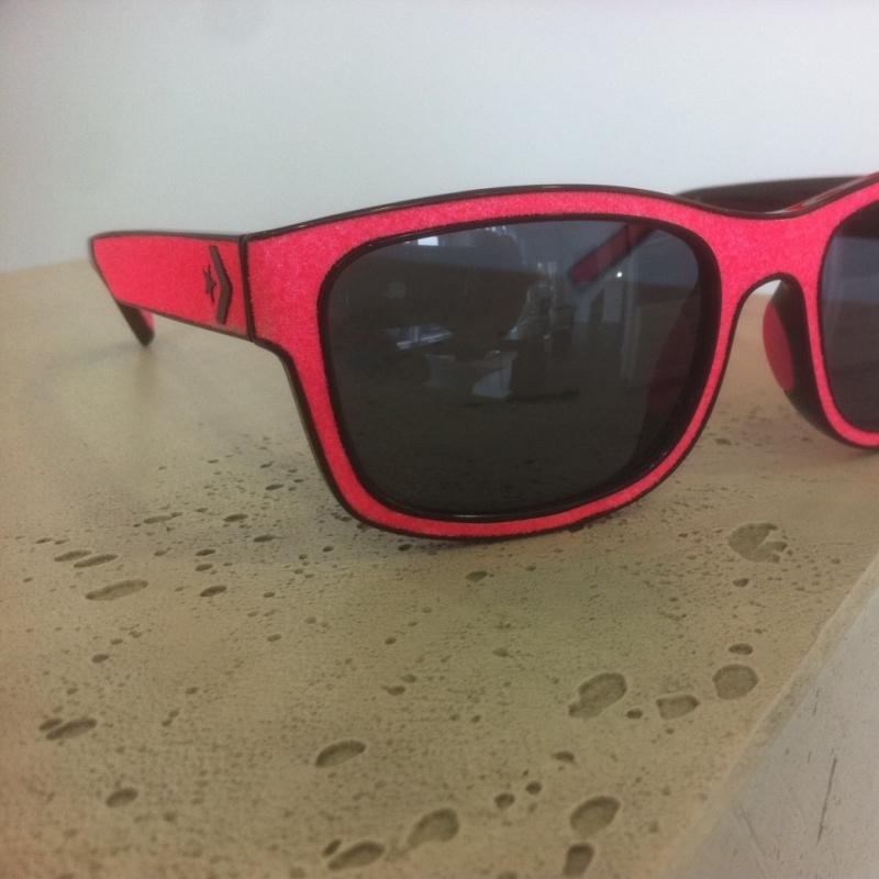 Converse mod. On Your Mark. Eine schicke Sommerbrille mit eingelegtem Grip Tape vom Skateboard. Perfekt für die warme, bunte Jahreszeit. - 175 Grad - Stuttgart