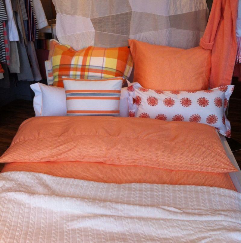 rot und grau karierte bettw sche von gant rot weiss kissen 50x70 und rote tagesdecke 160x240. Black Bedroom Furniture Sets. Home Design Ideas