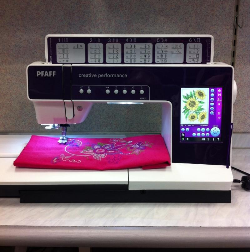 PFAFF Creative  Performance.     Näh-/Stickmaschine mit LED Ausleuchtung, hoch auflösenden farbigen Touchscreen Display, extra große Nähfläche ( ca. 250 mm ), original IDT-System ( Obertransport ),  9 mm Überstichbreite für große Zierstiche,  48 mm Maxi Stiche, Automatik - Knopflöcher, u.v.m... - Blättermann Nähmaschinen - Dortmund
