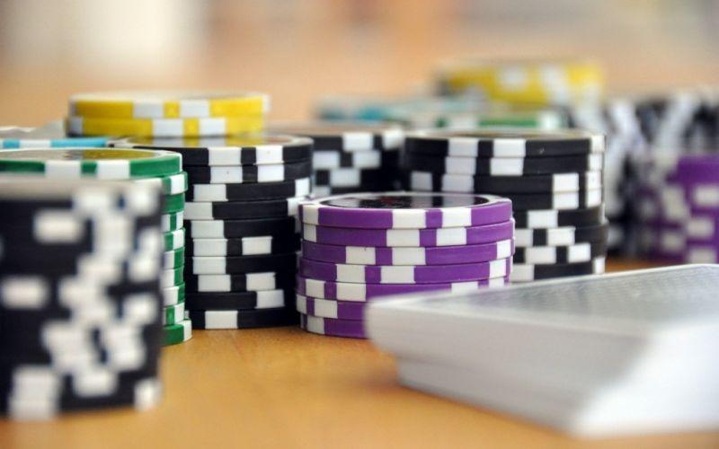 - (c) https://pixabay.com/de/spielen-kartenspiel-poker-593207/