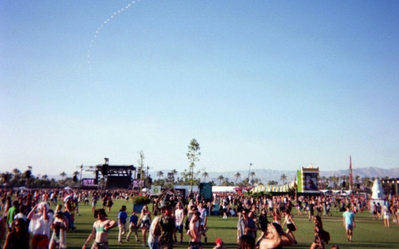 Coachella Festival  - (c) Flickr / Nicole Dilley / Coachella / https://www.flickr.com/photos/57510312@N03/19337351123/in/photolist-wq7mu2-wpDA5M-vsCB9b-vsLYMz-w82YXG-w83m2h-wpDJst-wpDMYX-wpDGc6-vsLSSi-vsM3on-w82PFq-v9BkJd-rbBx4g-qNNJ7L-vP1wSA-w73h1P-qoMBKY-w5JXBi-vKMUx4-sdoKvQ-r6AYKc-BACwTw-CqRmHK-qqbtdz-wqvTHb-r6nmgK-qYPGuU-qRbxof-w69FHx-qjzEtR-r3B4g6-rgJFu9-w4j3mf-sdikjt-rU2ank-rgxEH2-rU28LK-rVL7hb-sdmk2n-sdik1c-r8kXcy-rpUqJn-w73kf4-qjPmr1-w3qDsS-xCVCox-A5Je1g-vZL1n6-vP1yVo/