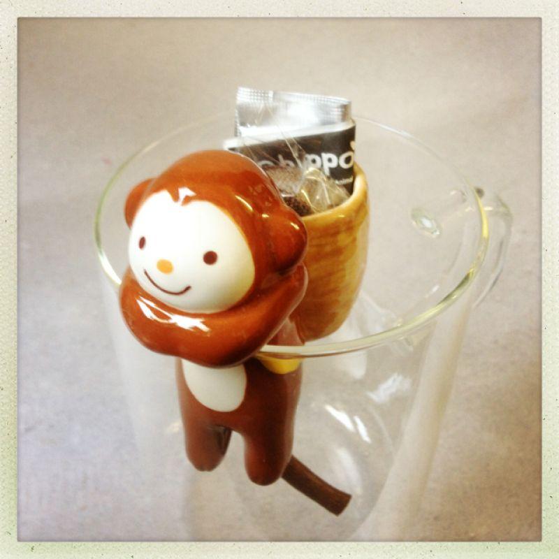 ist das nicht süß? der kleine affe hat erde und samen im gepäck, man hängt ihn an ein glas und er versorgt sich selbst mit wasser. irgendwann hat er ein blümchen  im korb. gibt es auch als katze und hund. das perfekte geschenk für leute mit dem braunen daumen :) - boutique fraukayser - Köln