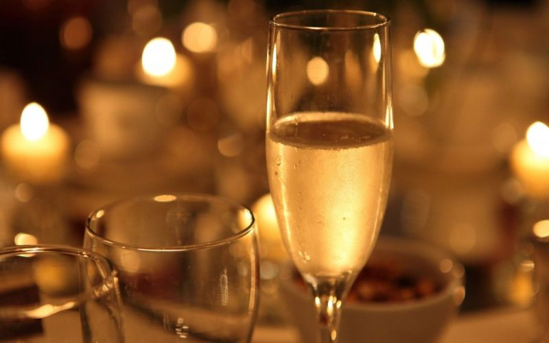 Champagner - (c) Flickr / Sam Howitz / Champagner / https://www.flickr.com/photos/aloha75/13208365495/in/photolist-m8bjTz-chRUn-aibHW1-ai8Y9p-aibKZw-ai98Br-ai8JMz-aibLw5-aia2yT-aikyFJ-aicSKy-aibXkG-aia3Lz-aihL5X-7saWDe-aicPvj-ai8KQZ-5FCStM-aia5Je-aibK91-ai97SH-aihKVK-5UgiL3-ai8YMV-ai94TD-aihLV2-ai8Jhp-ai8WRt-aia38a-aiky2o-ai958r-aibxuC-aibUFq-aicQAb-aibRCq-aicZ2b-fsnUhf-aicUf5-85dX4a-ai8V6t-4USmp3-dzDid6-ai8VV2-aibKH5-5w1mzC-aic1D9-5x71vD-aia4B4-aia1Z2-ai9dSt