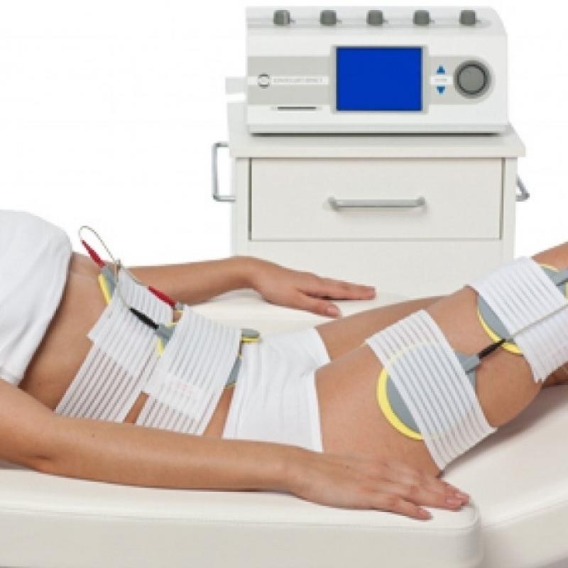 Behandlung mit Mittelfrequenz-Strom:   Die Behandlung mit Mittelfrequenz-Strom (MF) ist eine einfache und für den Kunden sehr angenehme Form der Elektrostimulation.Im Unterschied zu herkömmlich, bekannten Behandlungen dringt der MF-Strom in tiefere Gewebeschichten ein und führt zu einer angenehmen, weichen Muskelkontraktion. MF-Strom wird erfolgreich eingesetzt, um dem beginnenden Alterungsprozess der Haut entgegenzuwirken. Bindegewebe, Muskulatur und Haut am Körper werden gefestigt. Die entspannende Wirkung erstreckt sich auf den gesamten Organismus. Entgiftungs- und Entschlackungsprozesse werden angeregt und das Immunsystem wird gestärkt.   Behandlungsmöglichkeiten:  ~ Lockerung der Gesichtsmuskulatur ~ Liftingbehandlung ohne Skalpell ~ Anregung der Hautregeneration ~ Festigung des Gewebes, Hautstraffung und    Faltenreduktion ~ Straffung der Körperkonturen an Bauch,   Gesäß, Oberschenkeln und Brüsten ~ Aktivierung des Lymphflusses ~ Verbesserung des Stoffwechsels ~ Cellulite-Behandlung ~ Gezielte Unterstützung des    Fettstoffwechsels ~ Auflockerung der Muskulatur  Preise: Bodyforming – Behandlung 30 min   25,- € Bei Kauf einer 10er - Karte ist die  11. Behandlung gratis    - Kosmetik - Friseurstudio - Berlin- Bild 1
