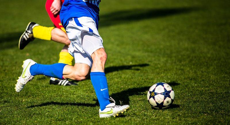 Fußball - (c) https://pixabay.com/de/fußball-fussball-zweikampf-rasen-1331838/