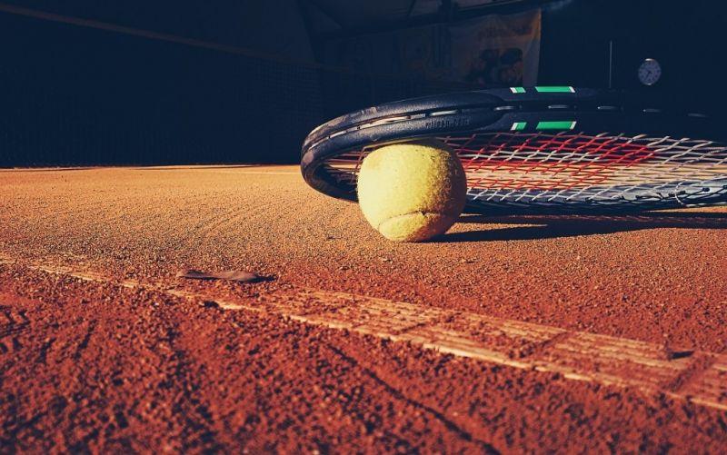 Tennis - (c) StockSnap/https://pixabay.com/de/tennis-schläger-gericht-lehm-kugel-923659/