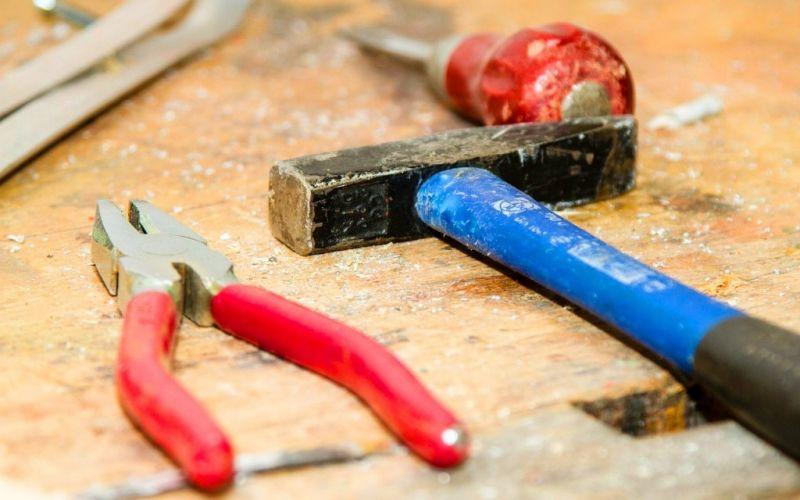 Werkbank - (c) http://pixabay.com/de/werkzeug-werkbank-hammer-zange-384740/