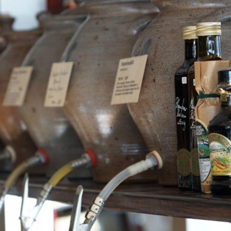 Feine Essige und Öle vom Fass. Ob Cranberryessig, Himbeeressig, Balsamico oder Walnusöl, Arganöl, Basilikumöl oder andere Essig-Öl Spezialitäten. Sie können vor dem Kauf probieren und sich nette Geschenke zusammenstellen oder die passende Kombi für den eigenen Gebrauch empfehlen lassen - Probieren & Genießen - Mannheim