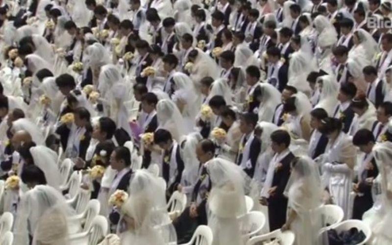 Ein Meer aus weißen Kleidern und schwarzen Anzügen. - (c) Youtube-Screenshot/ https://www.youtube.com/watch?v=TGJ96rD7S0E