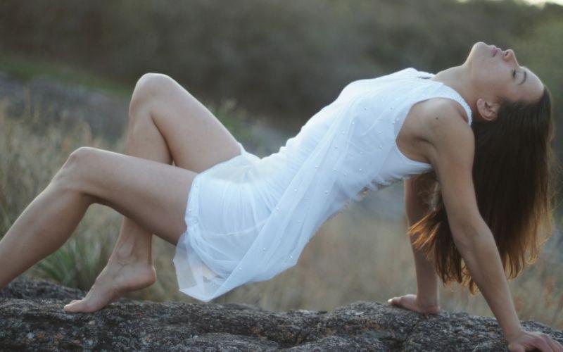 Kleid - (c) aletuzzi/https://pixabay.com/de/frauen-sexy-im-freien-mädchen-428896/