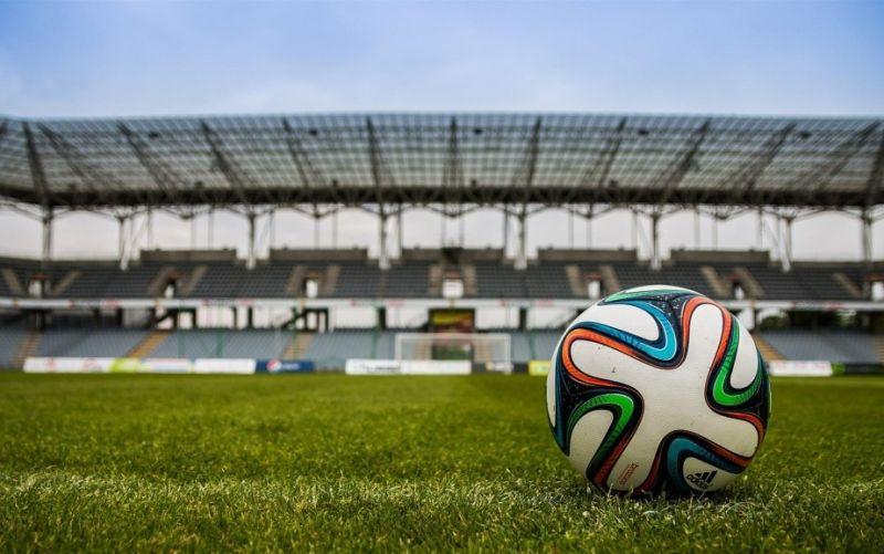 Fußball im Stadion - (c) jarmoluk/https://pixabay.com/de/der-ball-stadion-fußball-488714/