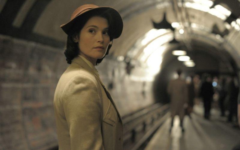 - (c) Catrin Cole (Gemma Arterton) in der Londoner U-Bahn / 2017 Concorde Filmverleih GmbH