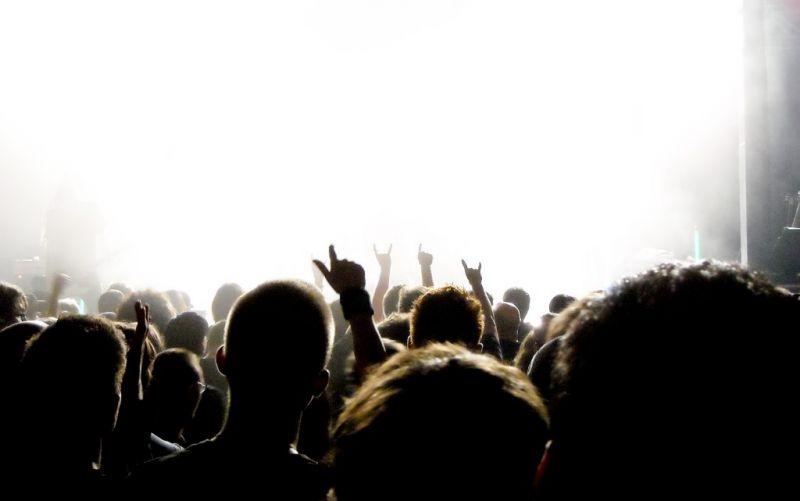 Bühne - (c) pixelio.de/bluefeeling/https://image.pixelio.de/000/441/779//player/1--441779-Rockkonzert 01-pixelio.jpg