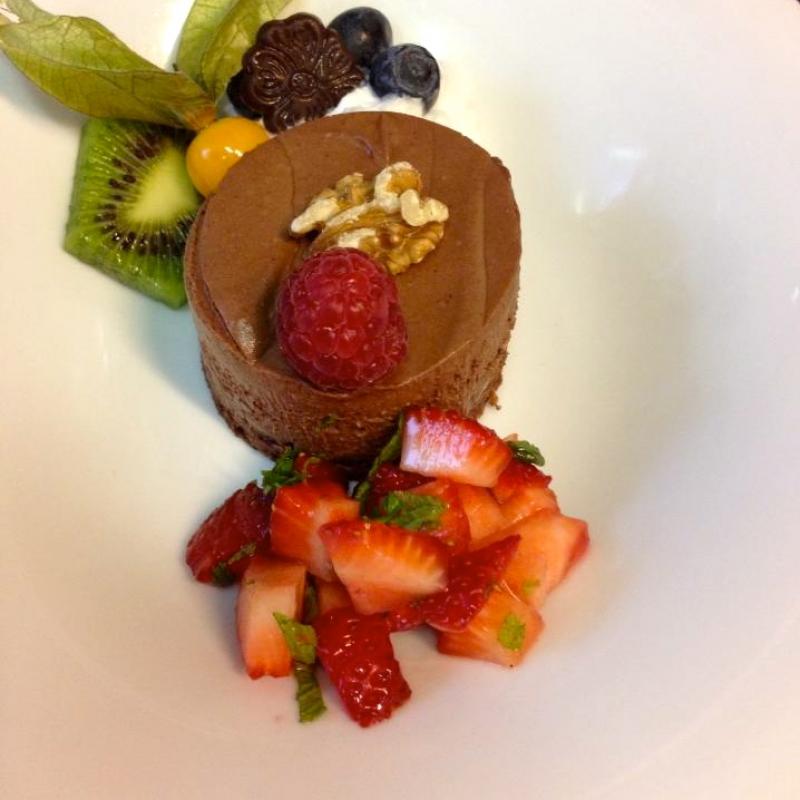 Schokomousse-Törtchen mit Erdbeer-Minz-Salsa - VELO Vegetarisches Restaurant - Heilbronn