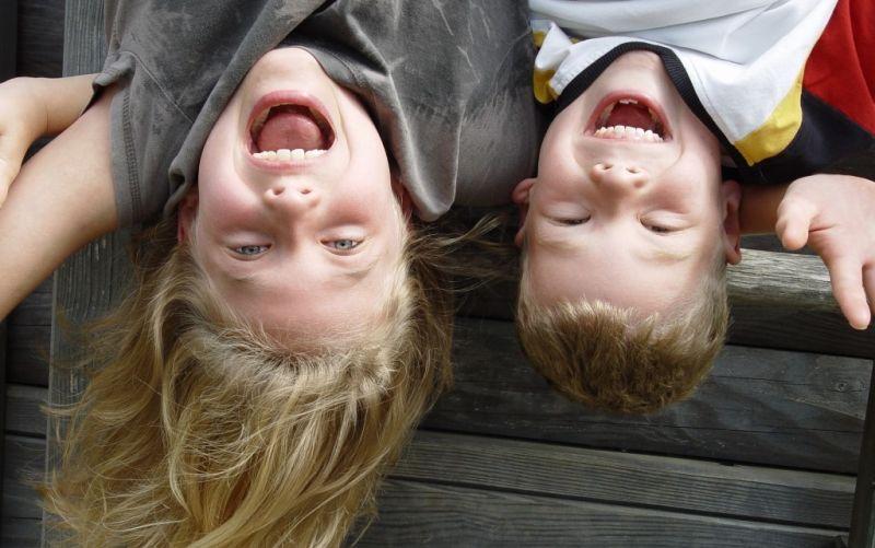 Geschwister - (c) pixelio.de/Heike Berse/https://image.pixelio.de/000/615/510//player/1--615510-Spielen-pixelio.jpg