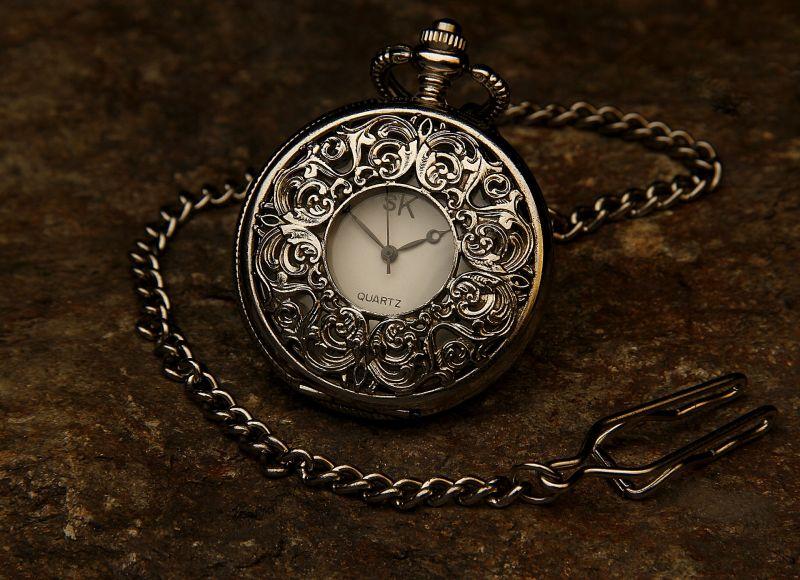 Yummymoon/https://pixabay.com/de/taschenuhr-juwel-kette-stein-zeit-560937/