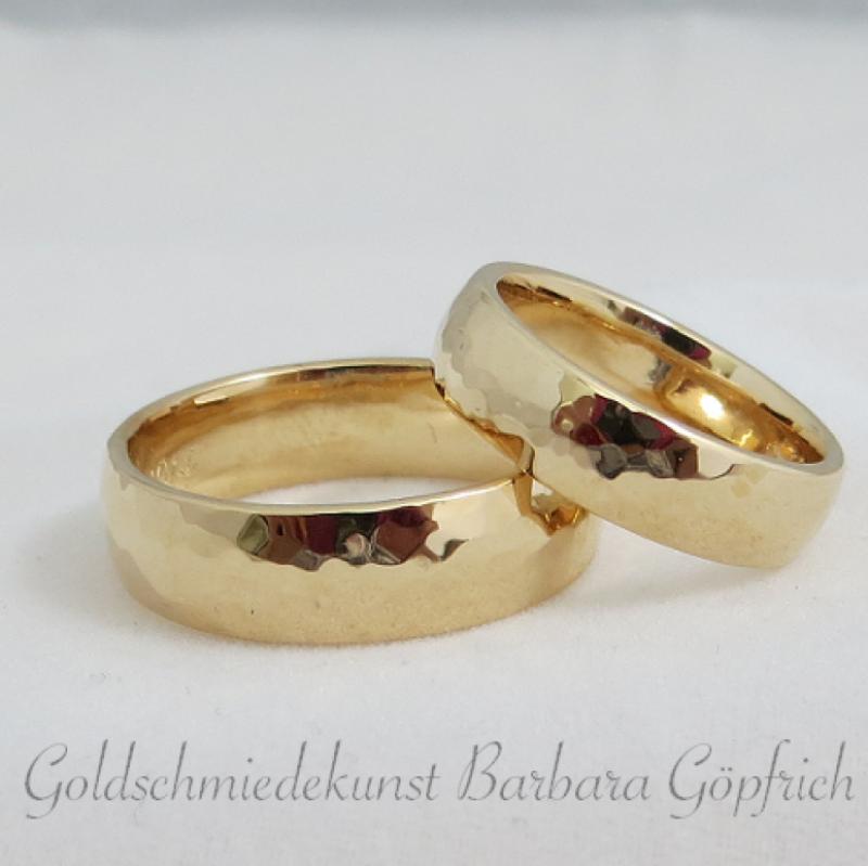 Trauringe   Rosègold- Ringe mit Hammerschlag - Goldschmiedekunst Barbara Göpfrich - Backnang