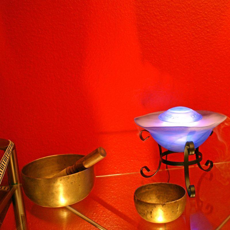 Massage: Klangschalenmassage  Genießen Sie den Klang und die Vibration alter tibetischer Klangschalen! Spüren Sie wie sich die wohltuende Schwingung in Ihrem ganzen Körper ausbreitet. Lassen Sie sich von den Klängen in eine tiefe Entspannung geleiten in der Körper, Geist und Seele in Einklang kommen. Wohlfühlzeit: 30min – 30€ - Die Körperoase - Stuttgart- Bild 1