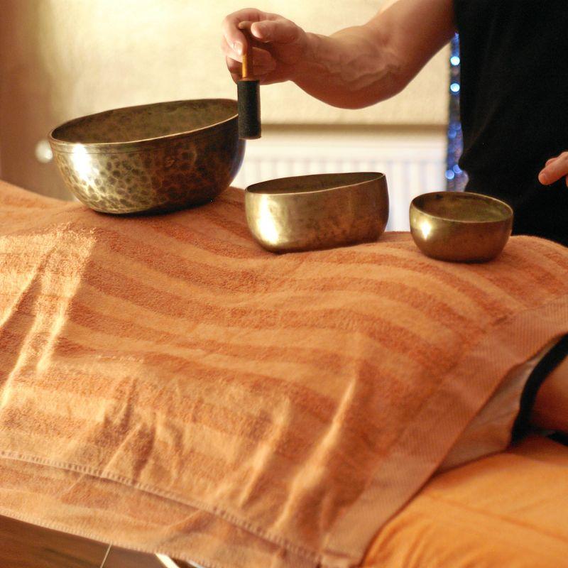 Massage: Klangschalenmassage  Genießen Sie den Klang und die Vibration alter tibetischer Klangschalen! Spüren Sie wie sich die wohltuende Schwingung in Ihrem ganzen Körper ausbreitet. Lassen Sie sich von den Klängen in eine tiefe Entspannung geleiten in der Körper, Geist und Seele in Einklang kommen. Wohlfühlzeit: 30min – 30€ - Die Körperoase - Stuttgart- Bild 2