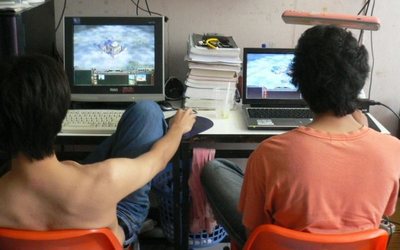 Videospiele - (c) Love Krittaya // https://commons.wikimedia.org/wiki/File:2_men_using_their_computers.jpg