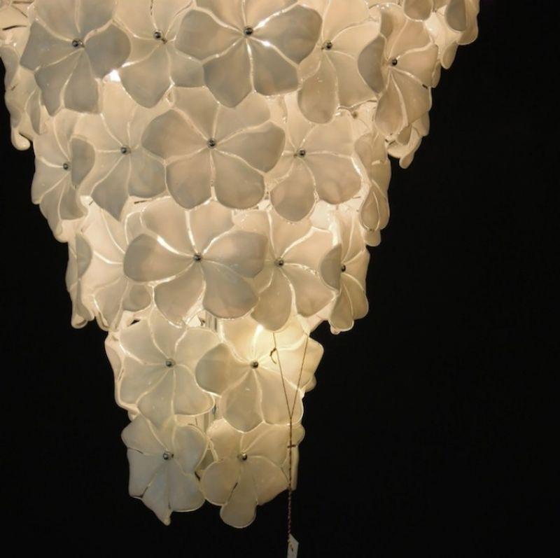 Lampadario Fiori Biancolatte, mundgeblasene Blüten aus Muranoglas, Farbe opalin weiß. H 100 cm ø 90 cm, Gewicht ca. 70 kg.  - Marcolis Supreme Italian Products - Stuttgart- Bild 4