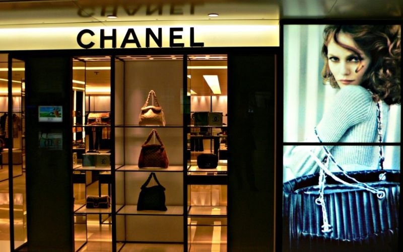 Chanel  - (c) Flickr / Herry Lawford / Chanel / https://www.flickr.com/photos/herry/60263294/in/photolist-6jSbj-pUwJx-xFX6u-6rNr1W-oWymGR-4ZpXLS-7AuXZc-7vuA1k-5VPsB5-DAteY6-DcdwYb-9gcfH8-v7pCw-MNUq5-pUvZs-ymjLP-2jjkDN-2bMojM-tL9YX-DF1nm-7vuRdH-7vuPXn-pAS4Eg-q173Y-pUvPi-7vyBKL-2bMsnM-pUwaD-pUvPA-5zvS6Q-oN9H35-E9XF8c-4CTbHn-6NKXvr-pRq1j-drnjsT-5UEfoW-enQSW6-68D9QZ-6SpbSK-7tGDoB-5UqTio-5AbGJ7-pTqThy-Cr6sn-7vyCpd-3jZFo2-8zX5TY-5VBruw-pUQah