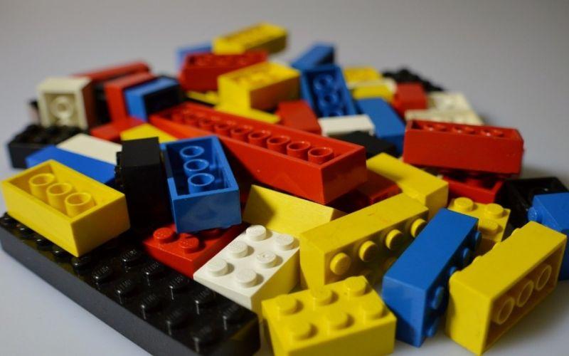 - (c) https://pixabay.com/de/lego-kinder-spielzeug-bunt-spielen-674881/