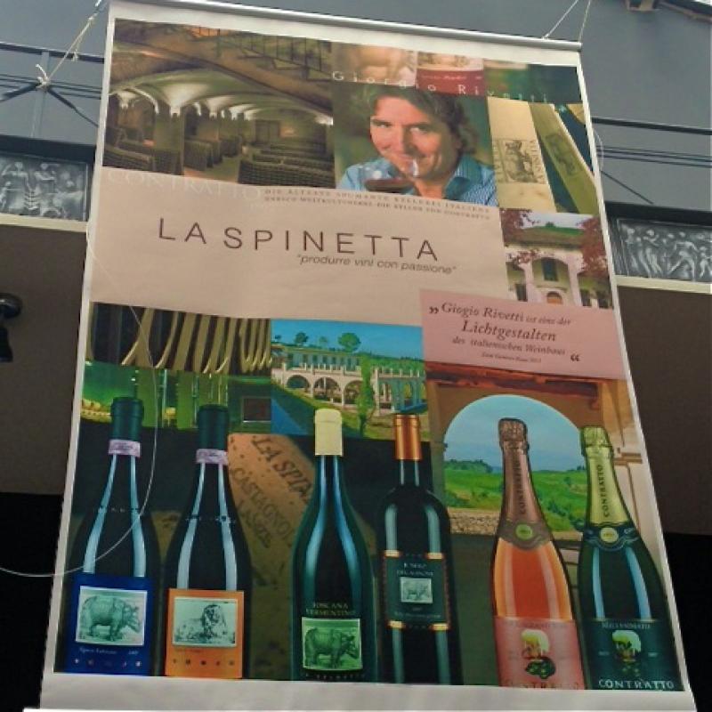Weine runden den Genuß auf Ihre Art ab.  Auf unserer Weinkarte entdeckt man mehr als die großen italienischen Klassiker. Immer wieder findet man hier auch mal aktuelle Besonderheiten von jungen Winzern. Damit runden wir die Speisekarte mit passenden Weinen ab.   Das ergibt eine Weinkarte, in die es sich lohnt immer wieder hineinzusehen und auf Entdeckungsreise zu gehen. - da capo - Stuttgart- Bild 3