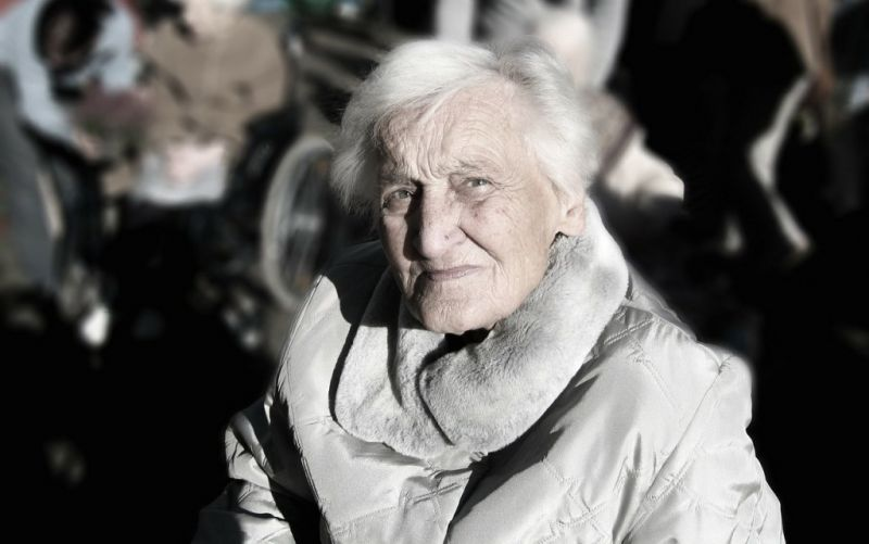 - (c) https://pixabay.com/de/pflegebedürftige-demenz-frau-alt-100342/