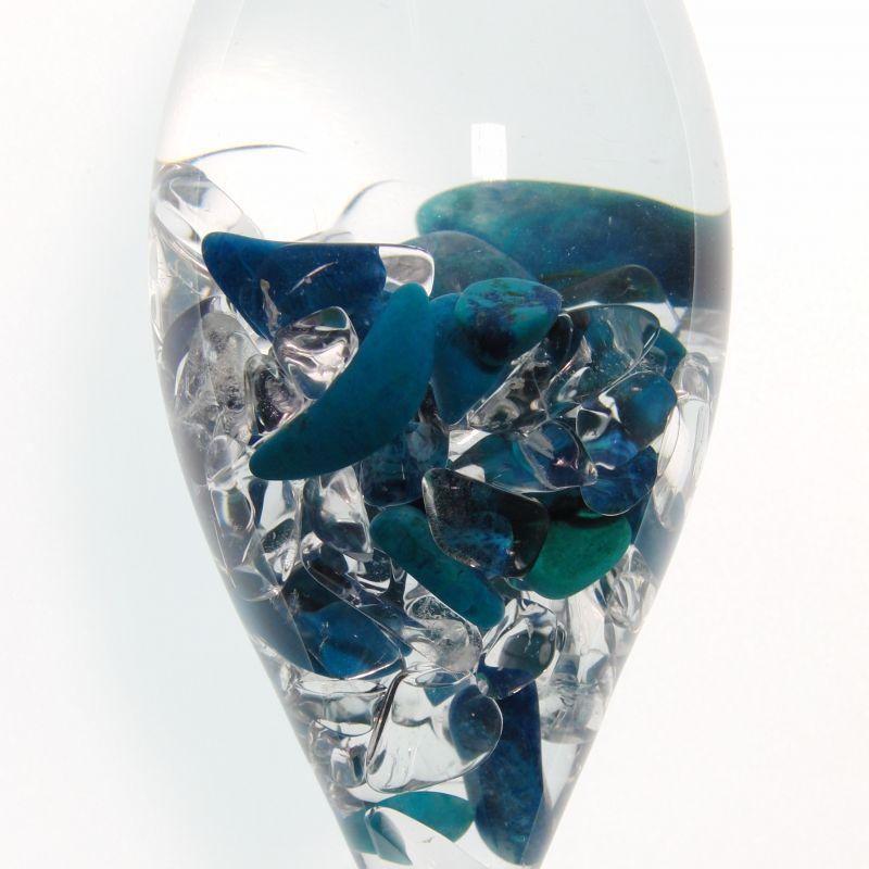 VitaJuwel Steinkreis edition Imagination. Die elegante Phiole aus schwermetallfreiem Glas mundgeblasenen, beinhaltet Chrysokoll, Shattukit und Malachit. Diese drei Kupfermineralien kommen in der Natur oft gemeinsam vor und gehen ineinander über. Hier werden sie unterstützt von reinstem Bergkristall. Das intensiv informierte Wasser im inneren der Phiole beeinflusst Ihr Trinkwasser im Krug durch seine harmonisierenden Schwingungen durch das Glas hindurch und wirkt sich bis auf den veränderten Geschmack des so behandelten Wassers aus.  - Steinkreis Mineralien & Gesundheit - Stuttgart