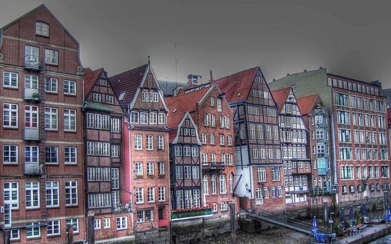 - (c) https://pixabay.com/de/deichstrasse-hamburg-hafen-häuser-41832/