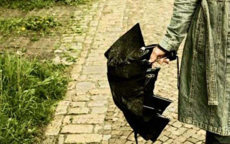 Frau mit Regenschirm - (c) JenaFoto24.de  / http://www.pixelio.de/media/72053
