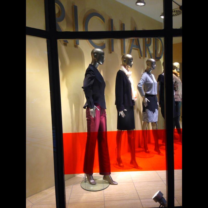 Mezzo Prezzo Shop hier finden Sie ganzjährig Top-Designer-Mode zum halben Preis; MISSIONI - MICHAEL KORS - ISSEY MIYAKE - BRIONI - GIANNI VERSACE - GIANFRANCO FERRE - VALENTINO - UNGARO - CHRISTIAN LACROIX - BLUMARINE - Jany Richard - Stuttgart- Bild 2