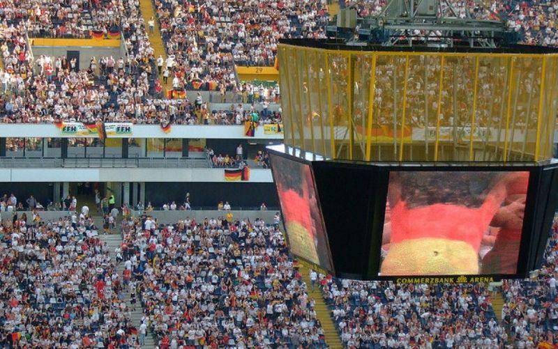 - (c) https://flic.kr/p/4ZNEGK/flickr.com/ Martin Fisch / public viewing / Public Viewing des EM Finales 2008 - in der frankfurter Commerzbank-Arena