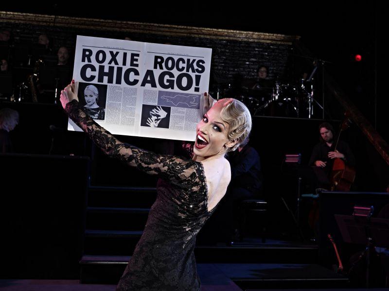 Roxie Hart mit Zeitung