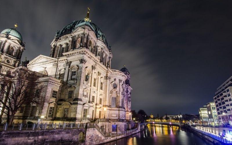 - (c) https://pixabay.com/de/berlin-architektur-stadt-kirche-1882401/