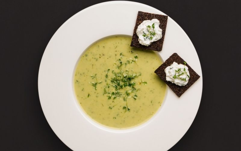 Feine Suppe von Gartenkresse und Ziegenfrischkäse mit knusprigen Pumpernickel- Crostini