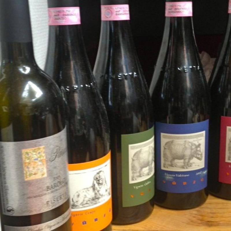 Weine runden den Genuß auf Ihre Art ab.  Auf unserer Weinkarte entdeckt man mehr als die großen italienischen Klassiker. Immer wieder findet man hier auch mal aktuelle Besonderheiten von jungen Winzern. Damit runden wir die Speisekarte mit passenden Weinen ab.   Das ergibt eine Weinkarte, in die es sich lohnt immer wieder hineinzusehen und auf Entdeckungsreise zu gehen. - da capo - Stuttgart- Bild 1