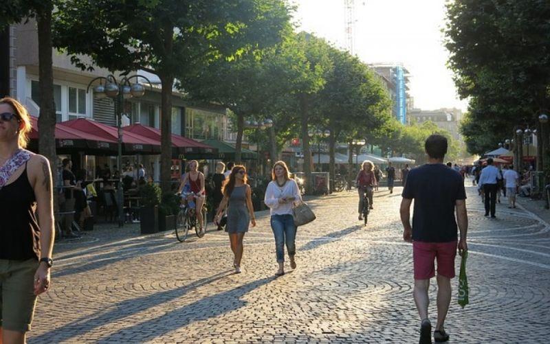 - (c) https://pixabay.com/de/fußgängerzone-einkaufen-stadt-456914/