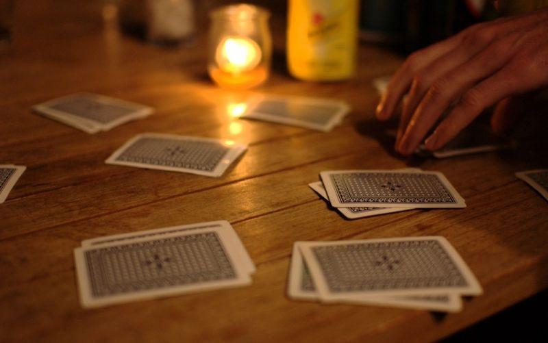 Kartenspiel  - (c) Flickr / Gunnar Grimnes / Kartenspiel / https://www.flickr.com/photos/gromgull/3543261703/in/photolist-6p79g2-aj3hgs-e1ThJt-acxZ4u-6cf2P-8Lurrq-5h9zVK-acvbUe-acy2ES-CvDq-buvHr6-4JLv6-gkXK7k-8C2NYY-g7UCBd-gkXJYz-8v9B2n-dtZLTV-bCpPmH-eCaUMA-acxZGW-acxZP1-acy1Ej-acy3fw-acy2uu-acy2dJ-aFDofK-8uTWZJ-7eyhaF-aMrvEv-8v9z5R-ayZf5K-8C2XVC-bu6uz5-8uQSZc-EWLvWF-8BYz4F-aMrKNg-aMrNvD-8BYGLH-aZsky6-8v9zYg-7eCcxJ-7eCcs3-duE2m1-bAZqCZ-7eCcEm-be24vM-5GZLvq-oKPFr8
