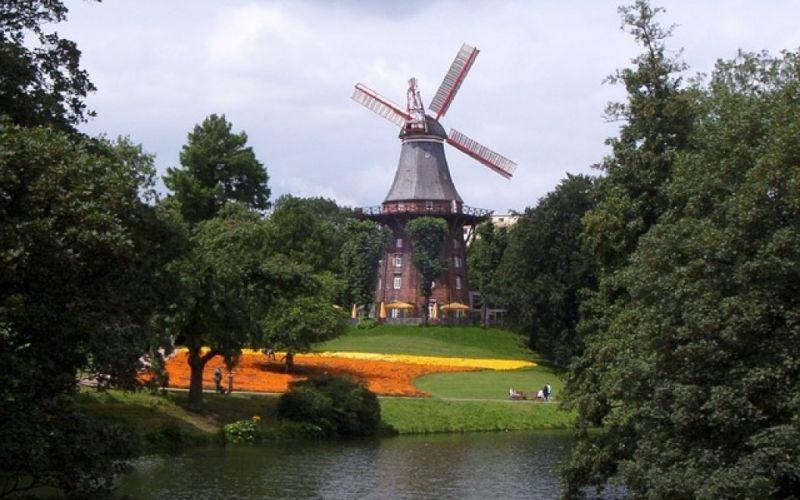- (c) https://pixabay.com/de/windmühle-see-park-bäume-1606642/