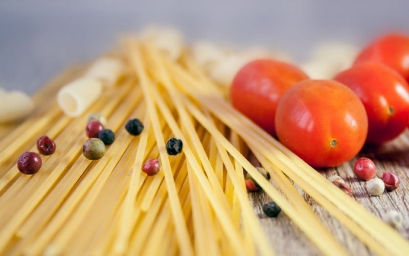- (c) nile/ https://pixabay.com/de/pasta-nudeln-kochen-tomate-essen-663096/
